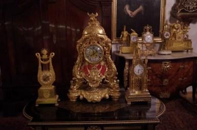 jeden z muzealnych zegarów we wnętrzu kamienicy hipolitów w krakowie