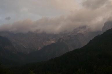 alpy julijskie o zachodzie słońca w słowenii
