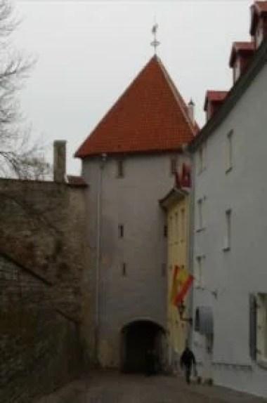 uliczka i brama pikk jalg w tallinie w estonii