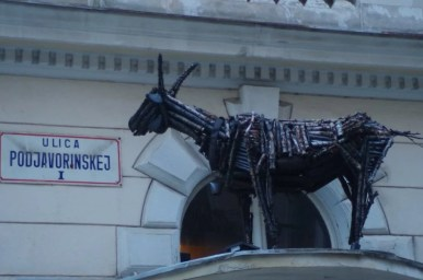 słowacka fantazja nad wejściem do jednej z restauracji w bratysławie