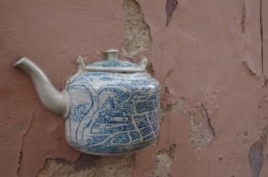 czajnik umieszczony w ścianie jednego z budynków starego miasta w wilnie na litwie