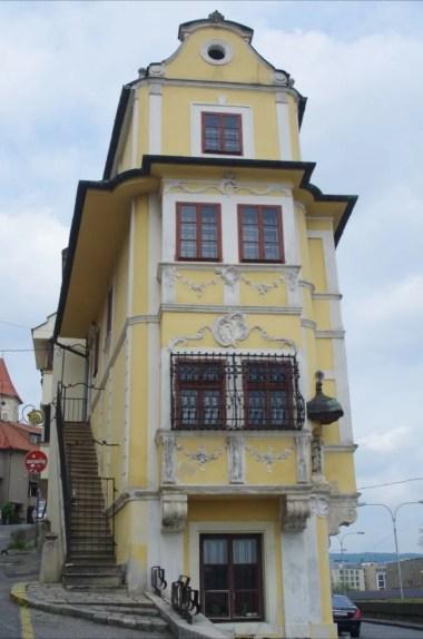 jeden z najwęższych domów w europie, dom u dobrego pasterza w bratysławie w słowacji