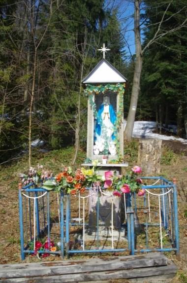 kapliczka na przełęczy przysłopek w beskidzie wyspowym