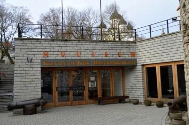 wejście do muzeum w wieży kiek in de kok w tallinie w estonii