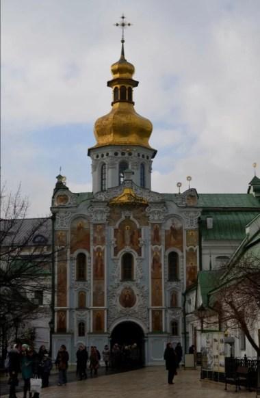 cerkiew nadbramna świętej trójcy na terenie ławry pieczerskiej w kijowie na ukrainie