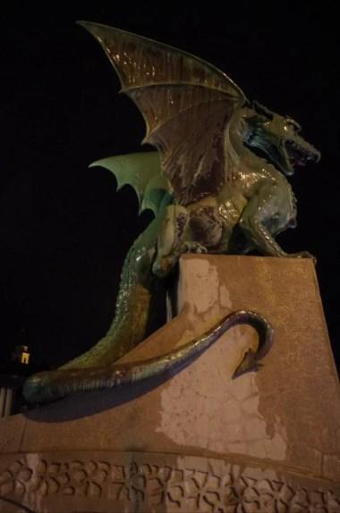 rzeźba smoka na moście w ljubljanie w słowenii