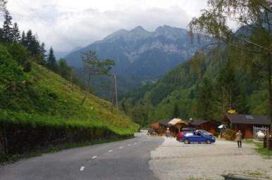 przełęcz w okolicy miejscowości podbrdo w alpach julijskich w słowenii