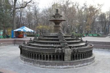 fontanna w parku stefana wielkiego w centrum kiszyniowa w mołdawii