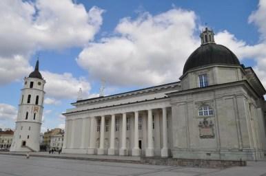 neoklasycystyczny plac katedralny w wilnie na litwie