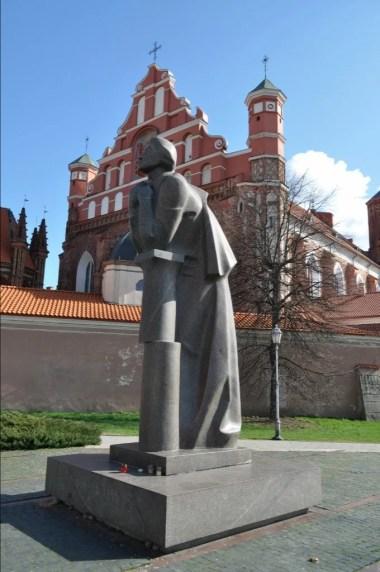 pomnik adama mickiewicza w wilnie na litwie