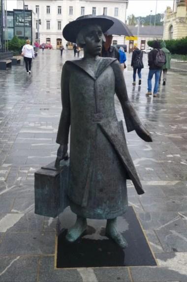 pomnik pisarki almy karlin w celje w słowenii