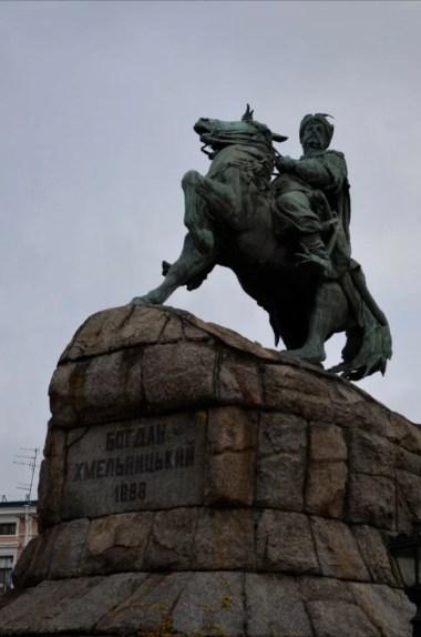 pomnik bohdana chmielnickiego przed soborem sofijskim w kijowie na ukrainie
