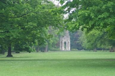 park janka krala w bratysławie w słowacji, w tle widoczna gotycka altana