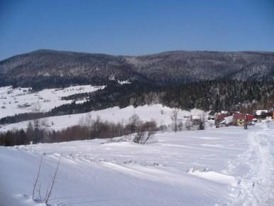 zimowy widok na łopień i przełęcz rydza śmigłego ze szlaku na mogielicę w beskidzie wyspowym