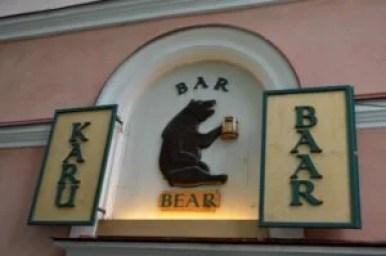 postać niedźwiedzia nad wejściem do jednej z restauracji w tallinie w estonii
