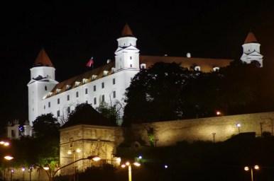 widok na zamek bratysławski w słowacji nocą