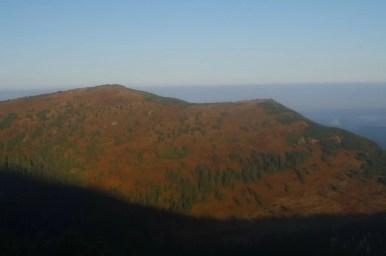 widok na cyl z babiej góry podczas wschodu słońca