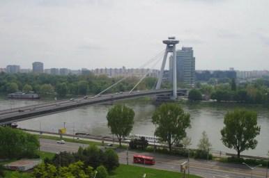 widok spod zamku w bratysławie na dunaj i most ufo