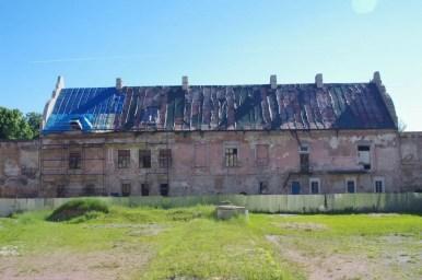 widok na zamek w żółkwi z wewnętrznego dziedzińca