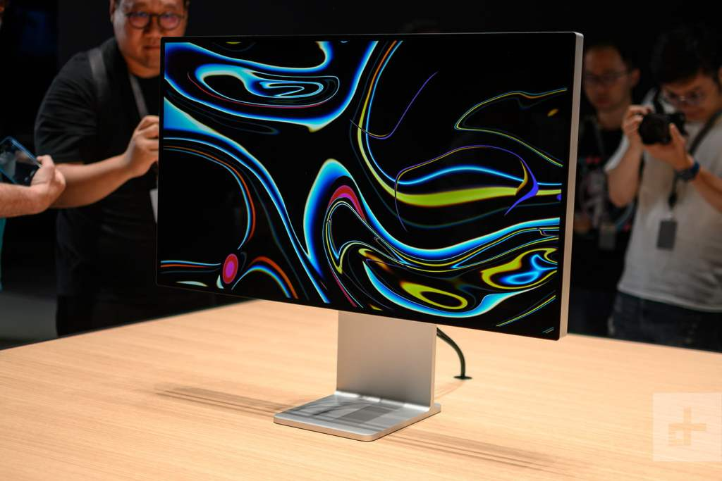 The display is 31.6 inches diagonal, 28.3 inches wide, and 16.2 inches high. Credit: James Martin / Photo:James Martin/CNET