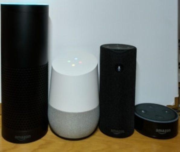 Google Home neben Amazon Echo Geräten