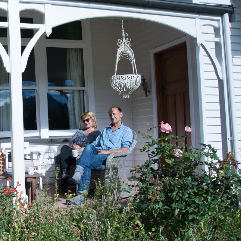 Ben et Cheryl sous le porche de leur maison