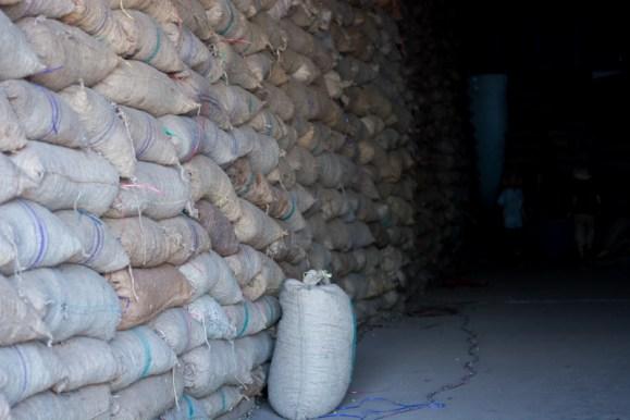 Stockage des noix de cajou - http://paysansdavenir.com/plongee-au-coeur-de-la-filiere-noix-de-cajou-de-binh-phuoc-vietnam/