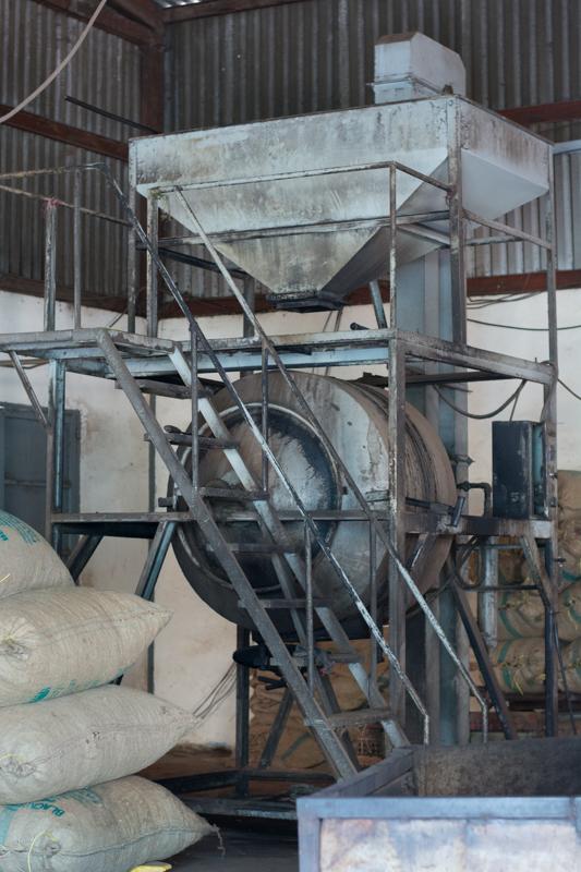 Les noix de cajou sont passées dans cette machine qui produit de la vapeur d'eau pour ramollir leur coque - http://paysansdavenir.com/plongee-au-coeur-de-la-filiere-noix-de-cajou-de-binh-phuoc-vietnam/