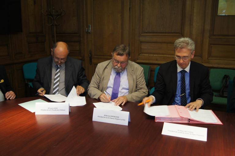M. KOCK (Président de la CC Picardie des Châteaux), M. BRONCHAIN (Président de la Communauté d'Agglomération CTLF) et M. DELFORGE (Président du Syndicat Mixte du Pays Chaunois) signent le Contrat de Ruralité 2017-2020, le 2 juillet 2017