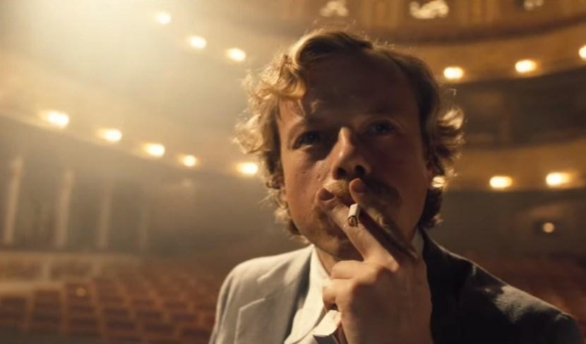 Havel nabízí překvapivě poutavou podívanou, film ovšem škádlí odpůrce pražské kavárny