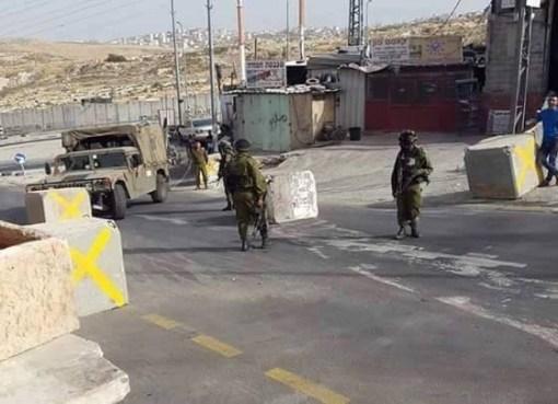 الاحتلال يغلق مداخل بلدة حزما شمال شرق القدس
