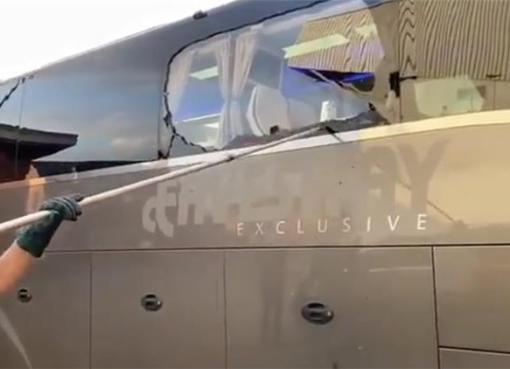 بالفيديو .. تحطيم زجاج حافلة ريال مدريد عند وصولها أنفيلد