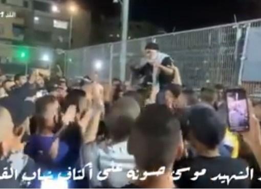 بالفيديو: شاهد هتافات شبان القدس لوالد الشهيد موسى حسونة مرفوعاً على الأكتاف