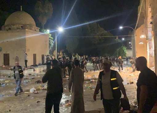 بالفيديو: شاهد أطفال ومسنون محتجزون في المسجد الأقصى ومصلياته وباحاته