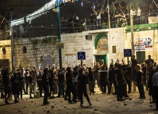 شاهد: مستوطنون يهود مسلحون بحماية جيش الاحتلال في مدينة اللّد