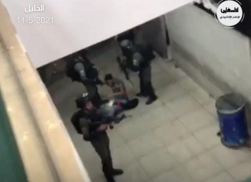 بالفيديو: شاهد اصابة أحد الشبان برصاص الاحتلال واعتقاله في منطقة باب الزاوية في الخليل