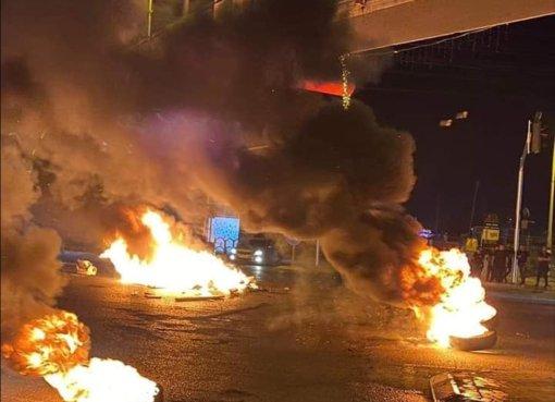 بالصور: شاهد مظاهرة حاشدة واغلاق الشارع الرئيسي في مدينة الطيبة شمال فلسطين المحتلة