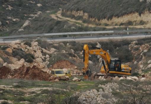 جرافات الاحتلال تغلق طرقا فرعية في حوارة جنوب نابلس