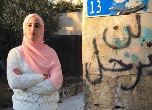"""بالفيديو : """"لن تنتهي معركتنا مع الاحتلال إلا باستعادة منازلنا والتحرير"""" هذا ما قالته منى الكرد من """"الشيخ جراح"""" أثناء توزيع التمور عن أرواح شهداء غزة"""