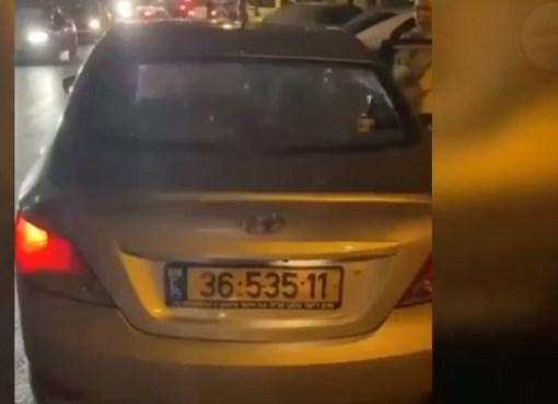 شاهد: مستوطنون يضربون الحجارة على سيارة لمقدسيين مع أطفالهم في حي الصوانة في القدس