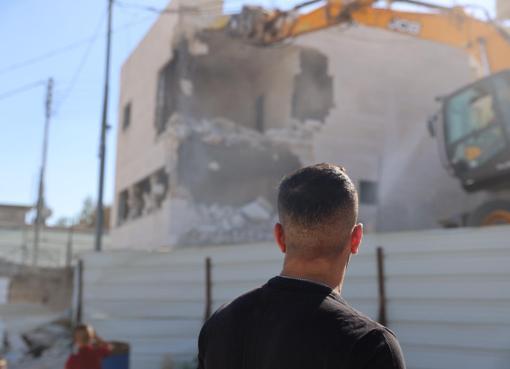 الاحتلال يجبر مواطنا في العيسوية على هدم منزله