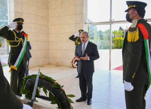 نيابة عن الرئيس: اشتية يضع إكليلا من الزهور على ضريح الشهيد أبو عمار