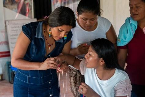 Mujeres tejiendo y enseñando_blog