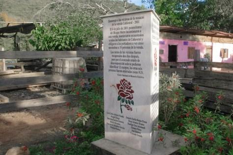 monumento en homenaja a victimas de masacre cañaveral 2001 por parte del auc_web