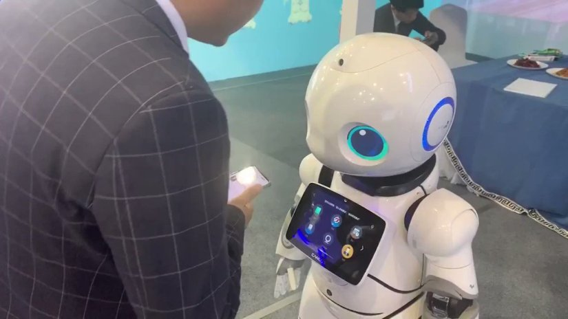 """Image for the Tweet beginning: 【瀋陽城博會:機器人獻舞與觀眾互動】近日,在瀋陽市城博會一展區內,一款會跳舞的機器人為現場觀眾獻舞《最炫民族風》。懶人必備的炒菜機器人和導遊機器人西西,用熱情的""""招待""""和甜美的聲音與觀眾熱情互動。除此之外,可愛的運輸機器人和炫酷的地坪研磨機器人也現身城博會現場。🤖"""