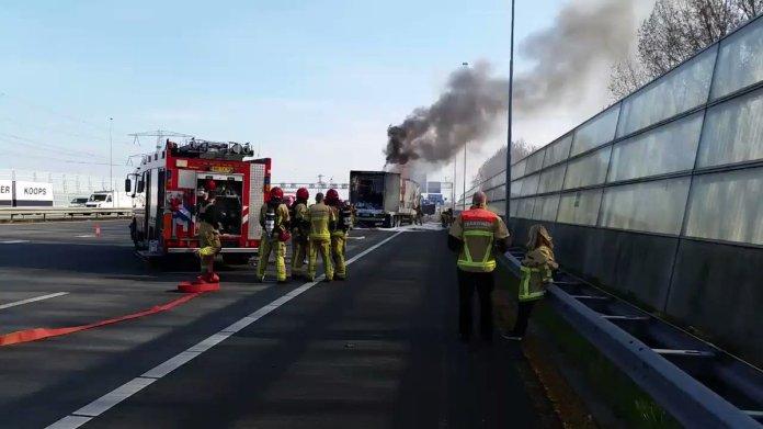 Veel file door uitgebrande vrachtwagen A8