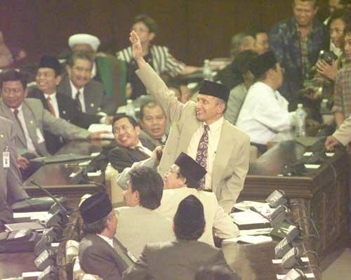 Amin Rais terpilih sebagai ketua MPR, Image Credit : Kompas