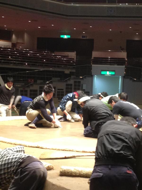 Twitter / sumokyokai: 土俵の表面を整えています。#su ... : 大相撲の土俵ができるまで - NAVER まとめ