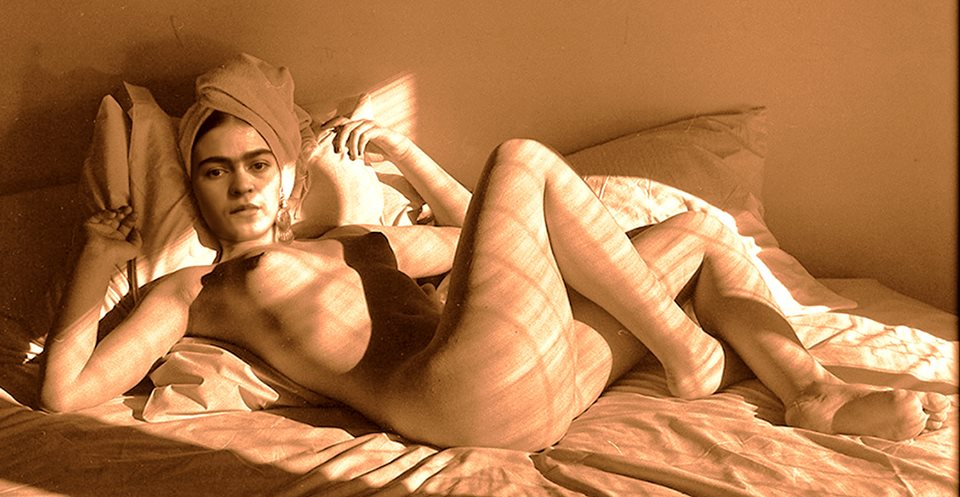 """Escoge un amante que te mire como si quizás fueras magia"". Frida Kahlo http://t.co/LwtqqenSBJ"