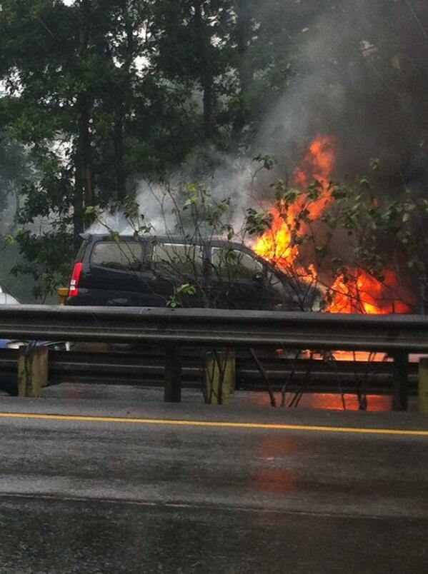 Nissan Serena terbakar di tol jagorawi